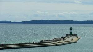 Leuchtturm auf der Mole, im Hafen von Sassnitz